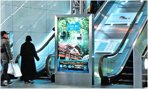 エスカレーター3面スクロール広告