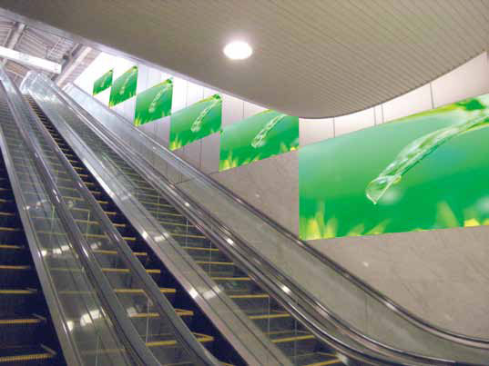 エスカレーターシート広告( 大阪駅ホーム)